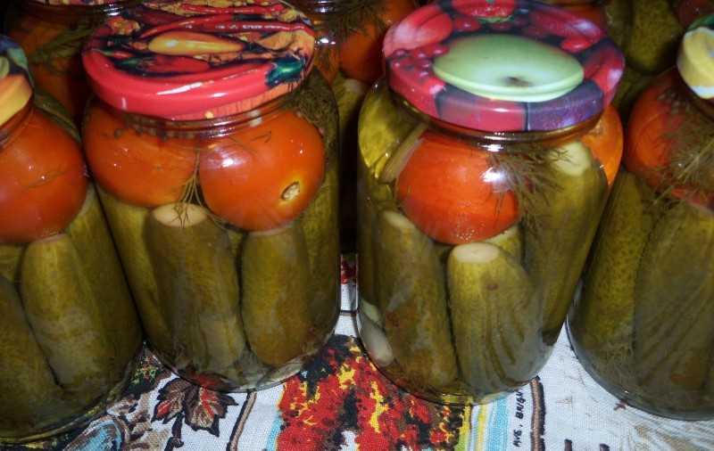 Marinēti tomāti ar gurķiem.